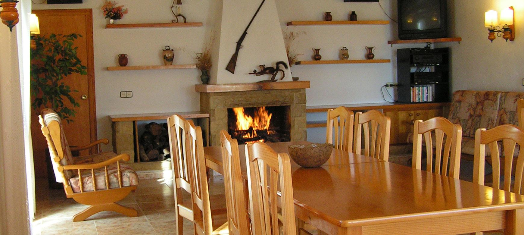 Sala-menjador amb llar de foc.